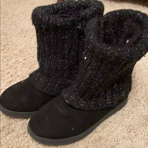 Girls size 1 boots.